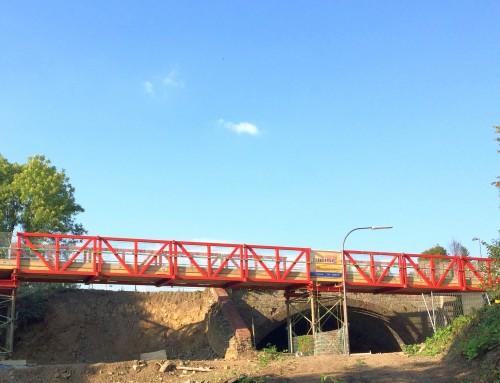 BOB begrüßt: eine Behelfsbrücke über die Max-Planck-Straße